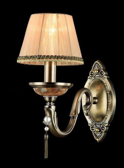 brązowy klasyczny kinkiet z perełką i jasnym abażurem