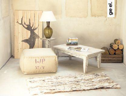 bursztynowa lampa stołowa ze szkła w salonie - drewno