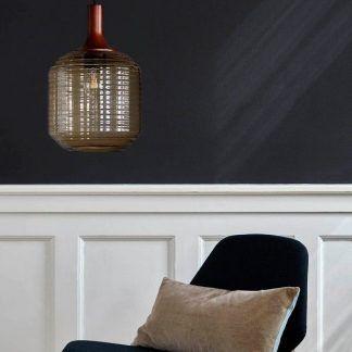 bursztynowa lampa wisząca na grafitowej ścianie