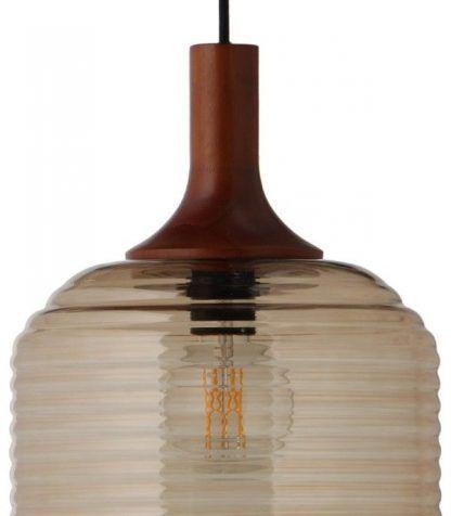 bursztynowa lampa wisząca z drewnianym elementem