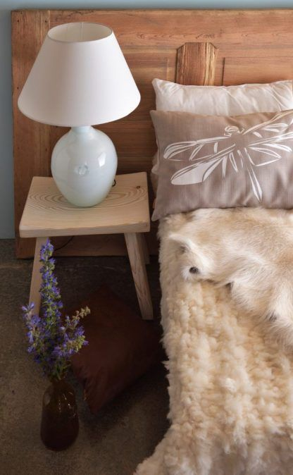 cała biała lampa do sypialni na szafkę - abażur i drewno