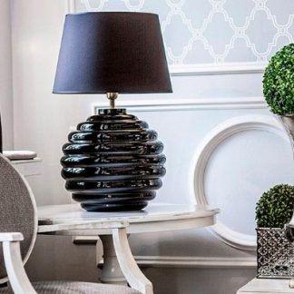 cała czarna lampa stołowa do bialych mebli w salonie - inspiracje