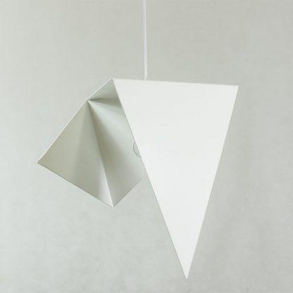ciekawa biała lampa wisząca o dziwnych kształtach