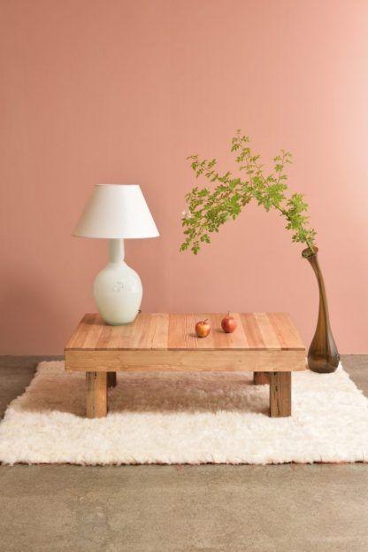 ciekawa kompozycja lampy stołowej na drewnianym stoliku