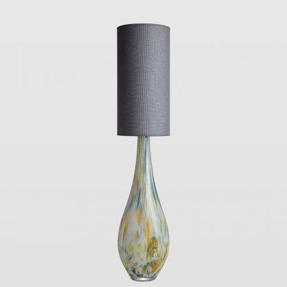 ciekawa lampa stołowa ze szkła kolorowego i szary abażur