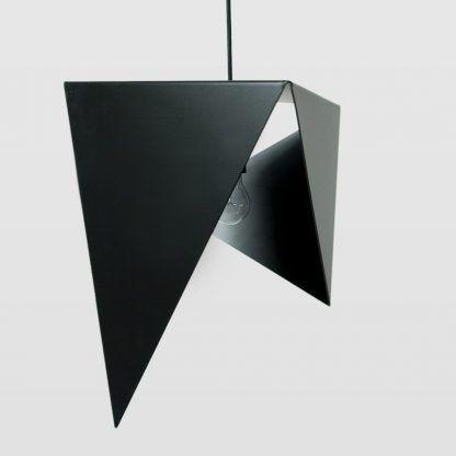 ciekawie czarna lampa wisząca - powyginany klosz z blachy