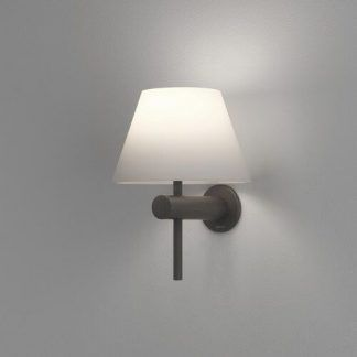 ciemno brązowy kinkiet z białym abażurem do łazienki