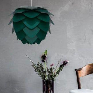 ciemnozielona lampa wisząca na betonowej ścianie
