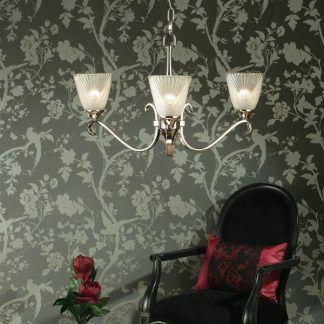 columbia srebrny żyrandol na tle tapety w kwiaty