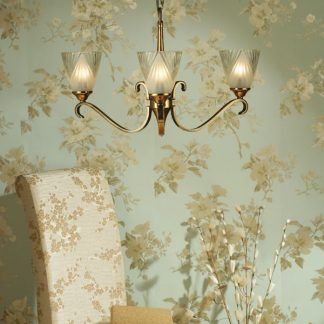 columbia złoty żyrandol na tle kwiecistej tapety