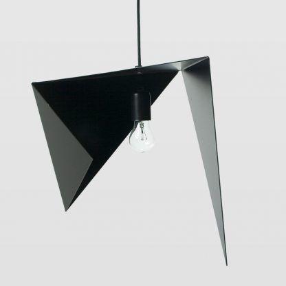 czarna geometryczna lampa wisząca o dziwnych kształtach