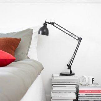 czarna lampa biurkowa do sypialni aranżacja