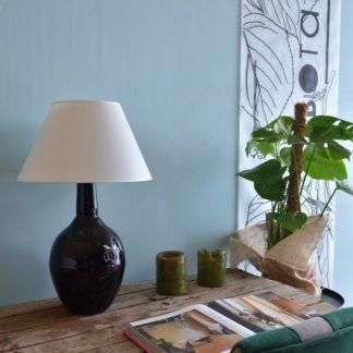 Czarna lampa na biurku w tle niebieskie ściany
