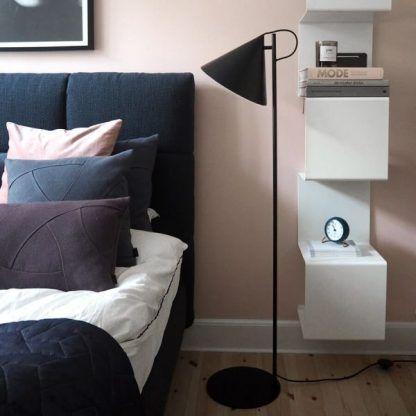 czarna lampa podłogowa aranżacja sypialnia scandi