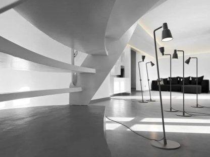 czarna lampa podłogowa do nowoczesnego salonu