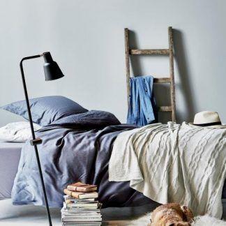 czarna lampa podłogowa do pokoju nastolatka
