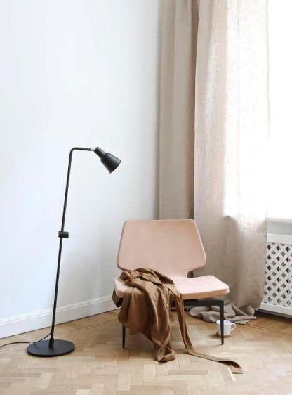 czarna lampa podłogowa do pokoju z beżowymi zasłonami