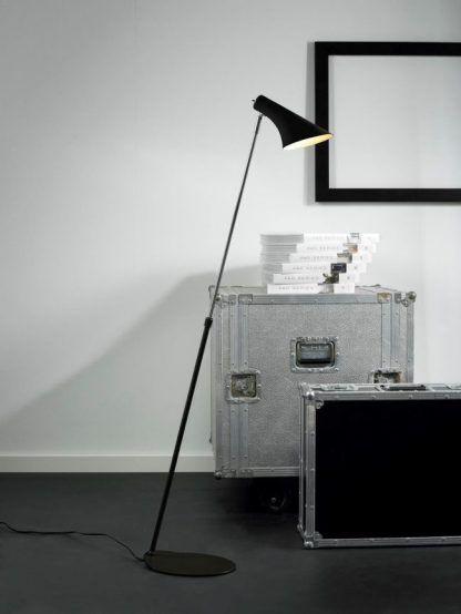 Czarna lampa podłogowa do salonu - teleskopowe ramię