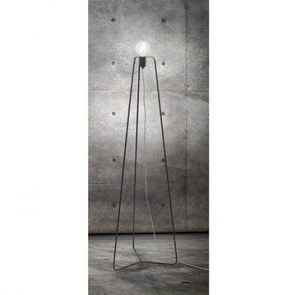 czarna lampa podłogowa w szarym salonie industrialnym