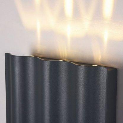 czarna lampa ścienna - zbliżenie
