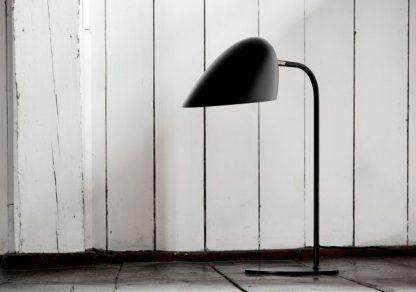 Czarna lampa stojąca Hitchcock na toaletkę