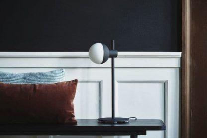 czarna lampa stołowa do sypialni aranżacja