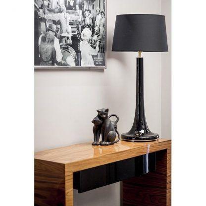 czarna lampa stołowa połysk aranżacja salon