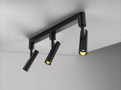 czarna lampa sufitowa z regulowanymi reflektorami