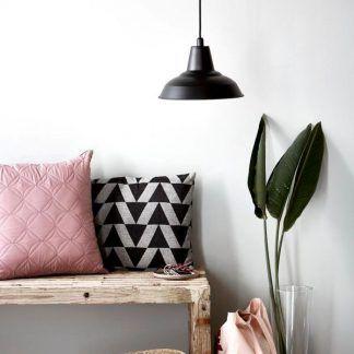 czarna lampa wisząca aranżacja salon pastele