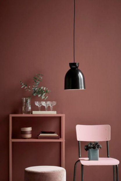 Czarna lampa wisząca do bordowej kuchni