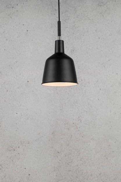 czarna lampa wisząca do nowoczesnej ściany z tynku betonowego