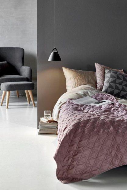 czarna lampa wisząca do szarej sypialni pastelowej