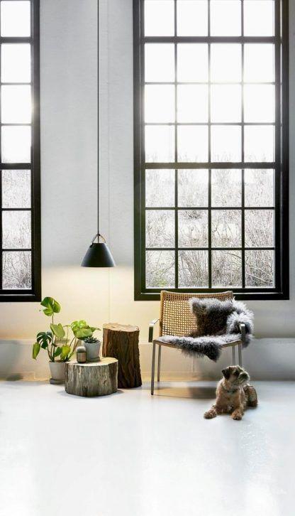 czarna lampa wisząca do wysokiego salonu