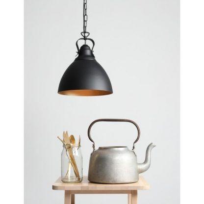 czarna lampa wisząca miedziany środek industrialna