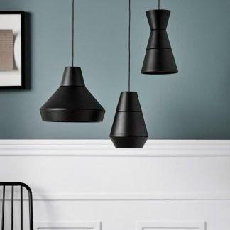 czarna lampa wisząca na niebieskiej ścianie