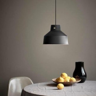 Czarna lampa wisząca nad stołem w jadalni