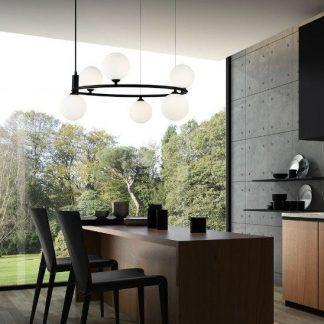 Czarna lampa wisząca nad stołem w kuchni