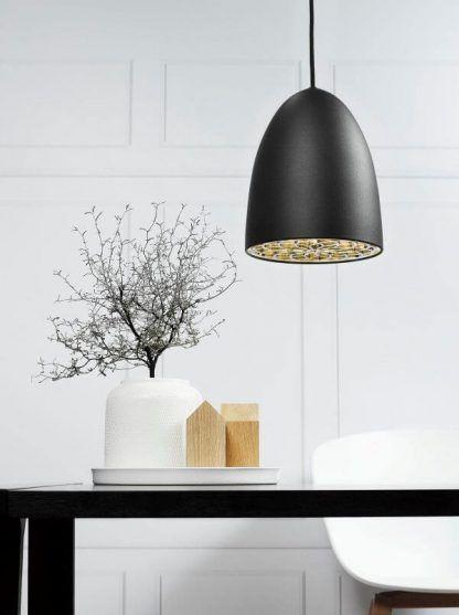 czarna lampa wisząca nad stołem w salonie - białe ściany