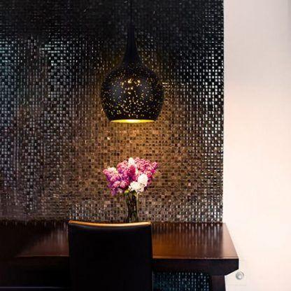 czarna lampa wisząca nastrojowa do salonu