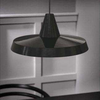 czarna lampa wisząca nowoczesna z płaskim kloszem