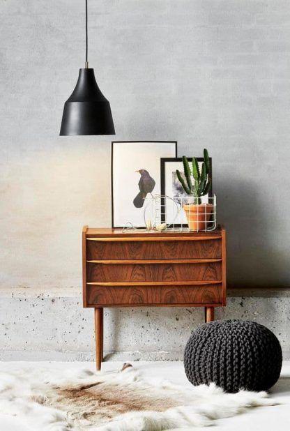 czarna lampa wisząca salon scandi aranżacja