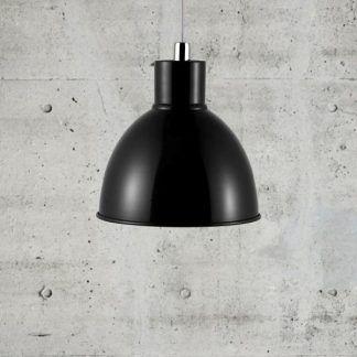 czarna lampa wisząca scandi na betonowej ścianie