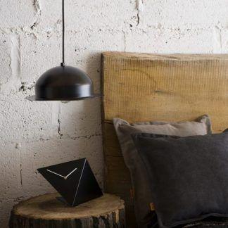 czarna lampa wisząca z blaszanego klosza - aranżacja salonu