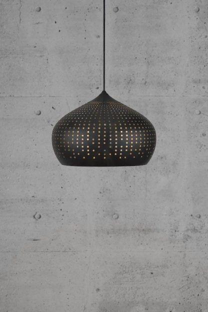 czarna lampa wiszaca z kloszem z małymi dziurkami