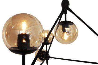 czarna lampa wisząca z małymi kloszami beżowymi