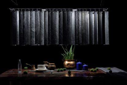 czarna lampa wisząca z płytek kamiennych