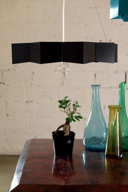 czarna lampa wisząca ze stali nowoczesna