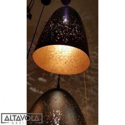 czarna lampa wisząca ze złotym środkiem do sypialni