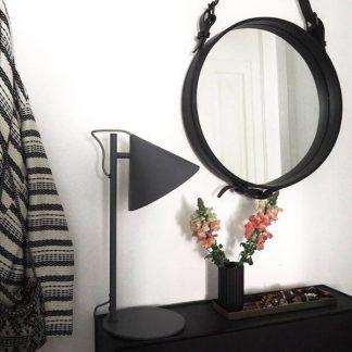 czarna matowa lampa stołowa aranżacja przedpokój