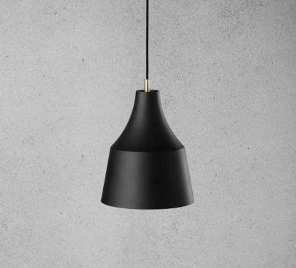 czarna matowa lampa wisząca na betonowej ścianie